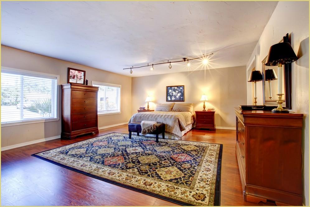 tapis patchwork au pied du lit dans un d cor oriental. Black Bedroom Furniture Sets. Home Design Ideas